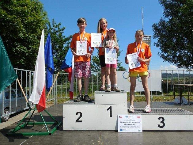 Žáci Základní školy Skuhrov nad Bělou si přivezli cenné kovy za dvě vítězství, jedno druhé a jedno třetí místo v běžeckých závodech