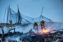 Požár skládky zburcoval čtyři hasičské jednotky.