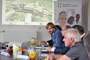 Ministr zdravotnictví Adam Vojtěch se seznámil s krajským zdravotnictvím a navštívil nemocnici v Rychnově nad Kněžnou.