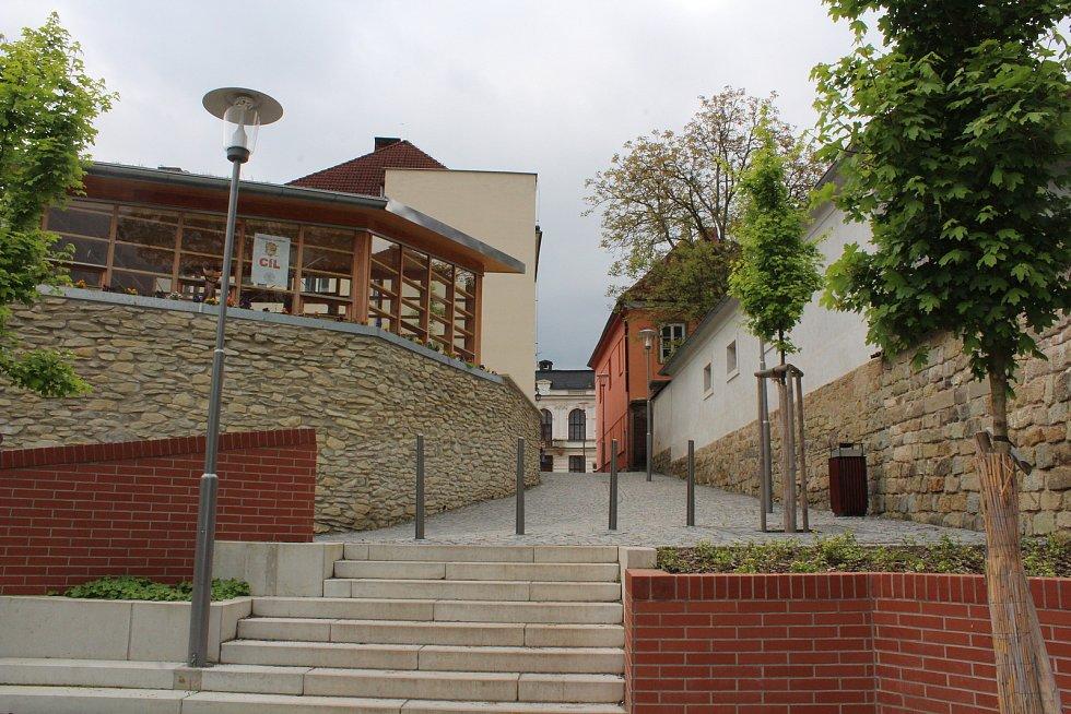 Z ulic Vamberka. Altán městské knihovny.