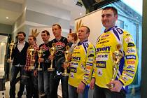 Nejlepší dvojice MČR v motoskijöringu (zleva): vítězní Josef Mňuk – Filip Langer, druzí Patrik Šroler – Miroslav Šroler a třetí Lukáš Mohaupt – Václav Hotový.