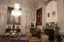 Ze sobotních nočních prohlídek opočenského zámku, při kterých návštěvníci prošli jeho interiéry, jindy nepřístupnou propojovací chodbou do oratoře zámeckého kostela a nakonec až do hrobky bývalých majitelů Trčků z Lípy.