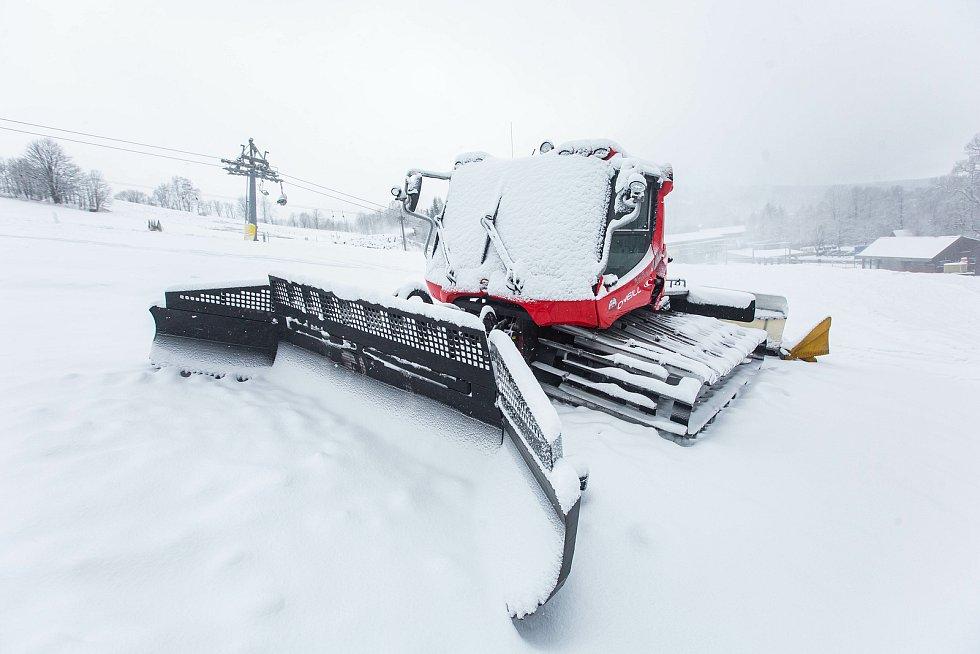 Skiareály zůstavají stále uzavřené, ale provozovatelé stále zasněžují a připravují areály na možné další otevření.