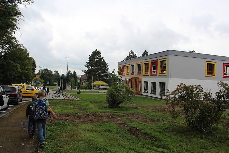V Černíkovicích vyrostla během 13 měsíců v sousedství té staré nová škola. Učí se v ní žáci od první do páté třídy.