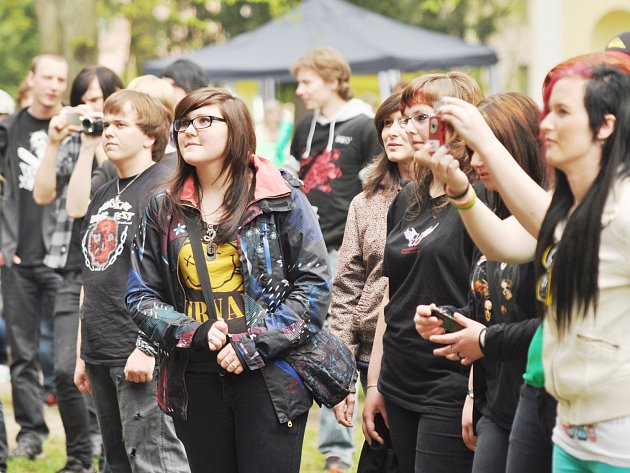 PŘÍJEMNÉ SOBOTNÍ POČASÍ VYLÁKALO lidi z domovů ke společné zábavě v parku či na náměstí.