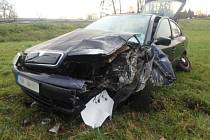 Při nárazu auta do sloupu se zranila jedna osoba.