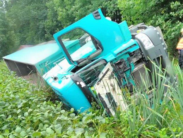 Havárie nákladního vozidla uDoudleb nad Orlicí.
