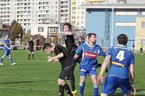 Jediný gól fotbalistů Týniště nad Orlicí v nedělním utkání v Třebši vstřelil zkušený obránce Petr Pokorný (na snímku druhý zprava).