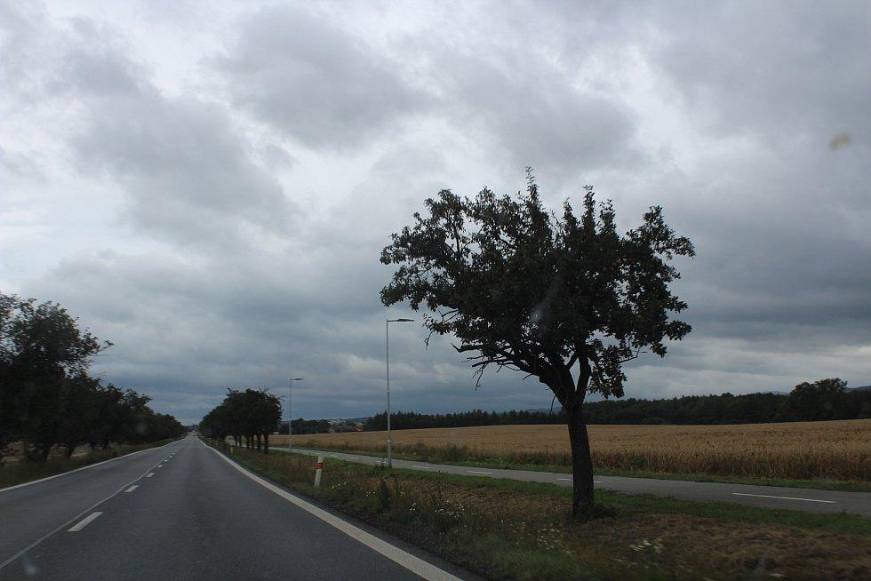 Již osvětlená cyklostezka mezi Solnicí a Ještěticemi.