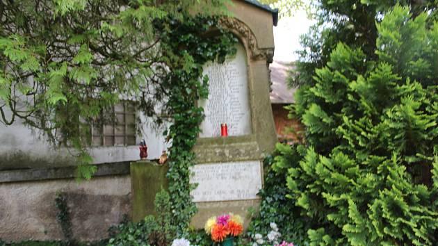 Pomník na deštenském hřbitově připomínající oběti z května a června 1945. Foto: Deník/Jana Kotalová