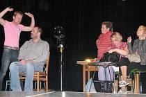 """Komiksově laděná detektivní komedie z prostředí kadeřnického salonu. Nad dějem hry visí otázka: """"Kdo je pachatel? Že by rozhodnutí bylo na divákovi?"""" Přijďte se podívat na hru Evy Drábkové a herců z domácího divadelního souboru Temno."""