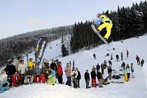 Snowboardisté se předvedli na Opening Party v novém  snowparku Gravity v Deštném v Orlických horách, kde návštěvníci pozorovali jejich lety.