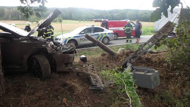 Auto narazilo do sloupu, cestovaly v něm i děti.