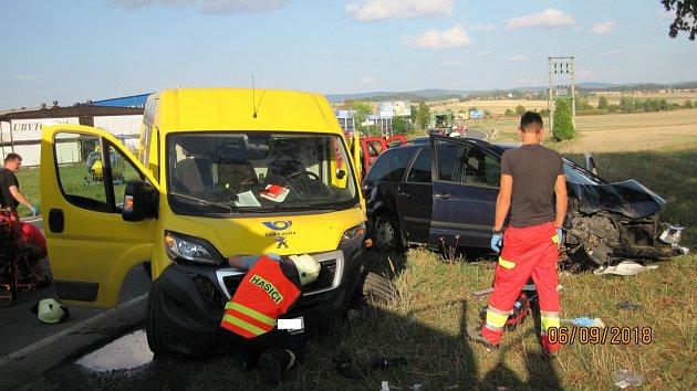 Dopravní nehoda osobního automobilu a dodávky vDobrušce.