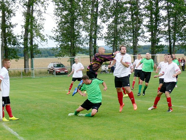 Čtyři góly vstřelil ohnišovský Jan Macek (na snímku z utkání s Rokytnicí zcela vpravo) do sítě Kostelecké Lhoty.