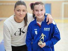 Iveta Miculyčová (OFS Rychnov n. K.) byla vyhlášena nejlepší hráčkou turnaje U13. Trofej převzala z rukou české reprezentantky Markéty Ringelové, hráčky pražské Sparty.