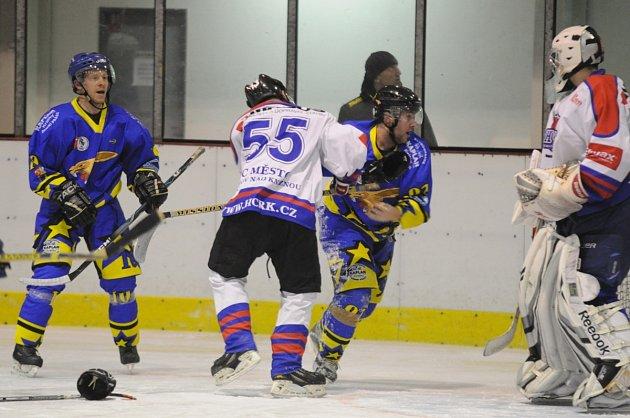 RYCHNOVŠTÍ HOKEJISTÉ (v bílých dresech) ve čtvrtfinále play off Oblastní ligy nestačili na favorizovaný B-tým Chocně.