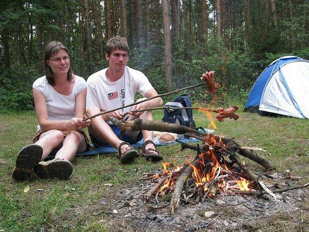 Mladý pár z Prahy neodolal a k sobotnímu obědu si opekl buřty.