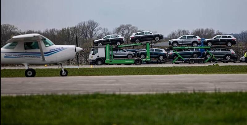 Z hradeckého letiště je obří parkoviště pro škodovky.