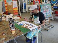Adam je učitel historie, rád maluje a chtěl by u nás zůstat.