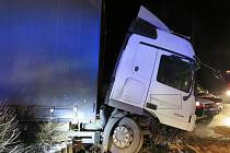 Řidič kamionu usnul a vjel na kruhopvý objezd.