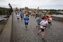 Na Pražském maratonu účastníci probíhají historickou částí našeho hlavního města včetně Karlova mostu. Dolní snímek  vpravo zachytil  Hanu Čapkovou po úspěšném absolvování dubnového Pražského půlmaratonu se zaslouženou medailí.