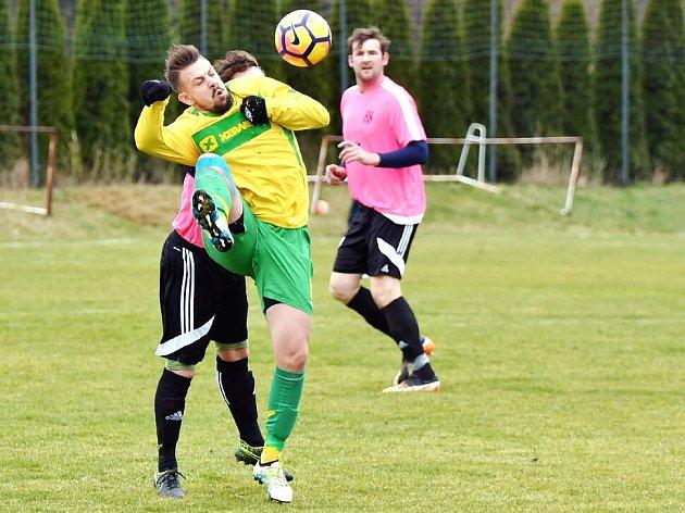 STŘELEC. Jedním gólem se na vysoké výhře Týniště na hradecké Lokomotivě podílel Jan Fidra (vpředu s míčem).