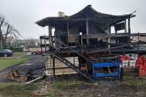 Při nočním požáru garáže v rychnovské části Roveň byli zraněni tři lidé