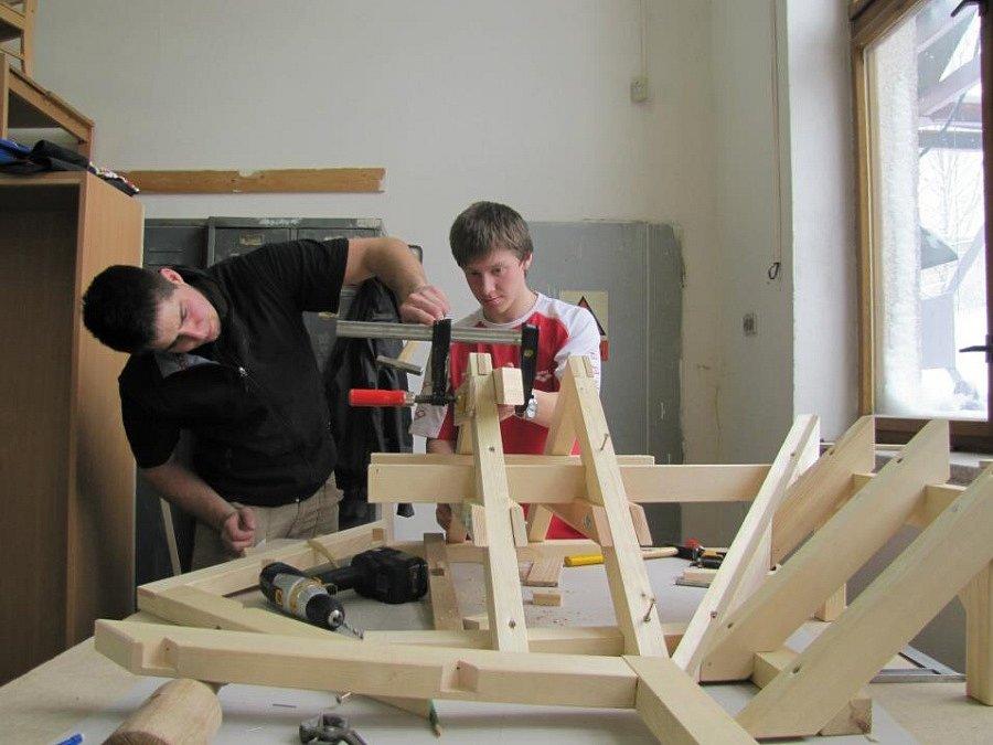Filip Tomac a Lukáš Honsnejman(vpravo) se svým spolužákem vyhráli soutěž tesařů 2012
