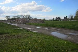 STAVEBNÍ PRÁCE jsou na začátku. Do letošního října by však ruiny po bývalém kravínu v Českém Meziříčí měla nahradit zástavba společnosti se zdravotnickým materiálem.
