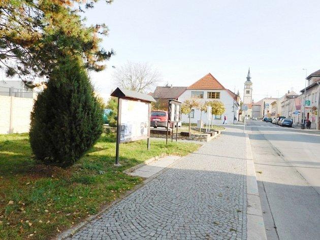 Opočenská ulice v Dobrušce skýtající možnosti pro zástavbu.