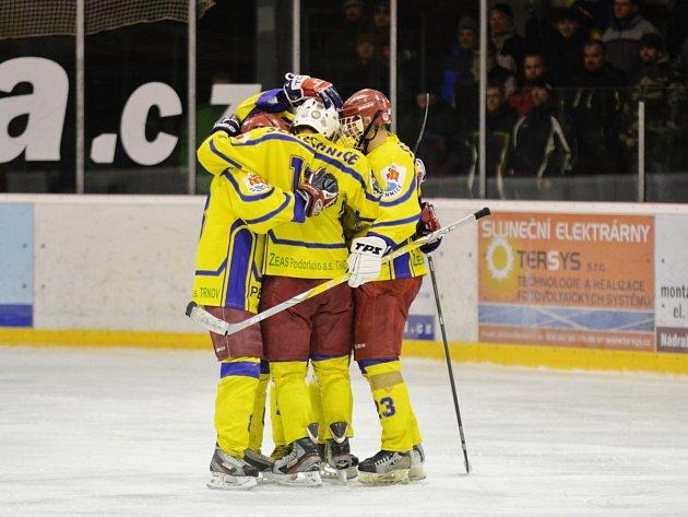Semechničtí hokejisté v okresním derby s Česticemi celkem osmkrát oslavili vstřelení gólu.