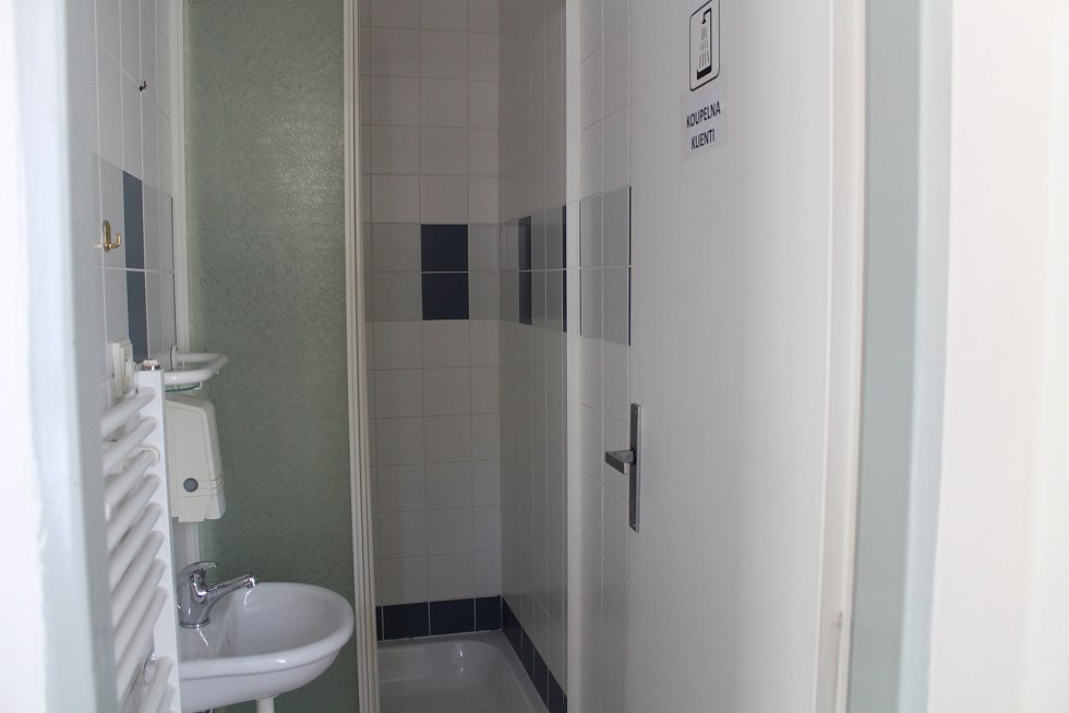 Z denního stacionáře pro lidi v nouzi, který provozuje Farní charita, sem mohou přijít i na polévku nebo se třeba i osprchovat.