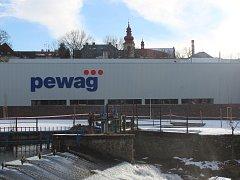 Fabrika Pewag svítí místním do oken.