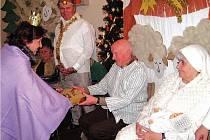 TAKÉ KRÁL BALTAZAR (vlevo) přinesl do Betléma pro Ježíška dárek, který převzal jeho otec Josef (uprostřed).
