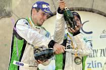 Jan Kopecký a Pavel Dresler se radují z prvenství v Barum rallye Zlín a ze zisku mistrovského titulu.