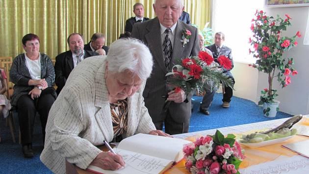 Kamennou svatbou upevnili svůj svazek po 65 letech