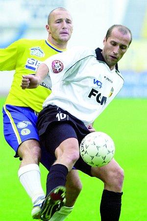 Černobílý dres hradeckých fotbalistů Miroslav Zemánek oblékal osm let. Za tu dobu spolehlivý defenzivní hráč absolvoval nespočet soubojů. Na snímku bojuje steplickým kanonýrem Luďkem Zelenkou.