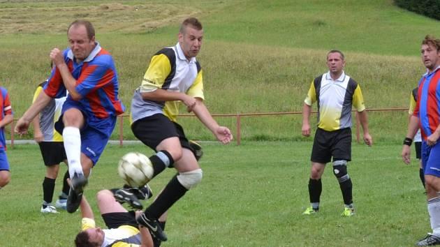 Souboj. I v nejnižší okresní fotbalové soutěži jsou k vidění zajímavé   situace jako v utkání Javornice B – Voděrady B.