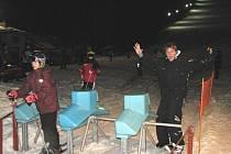 Večerní lyžování mohou návštěvníci střediska Orlických hor využívat každý den. I za tmy je na sjezdovku vyveze sedačková lanovka.