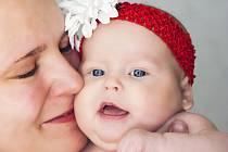 Srdce plné lásky pro tatínka máme,  Květa a Julinka políbení zasíláme.