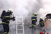 V Jestřebí pomáhali i profesionální hasiči z dobrušské stanice.