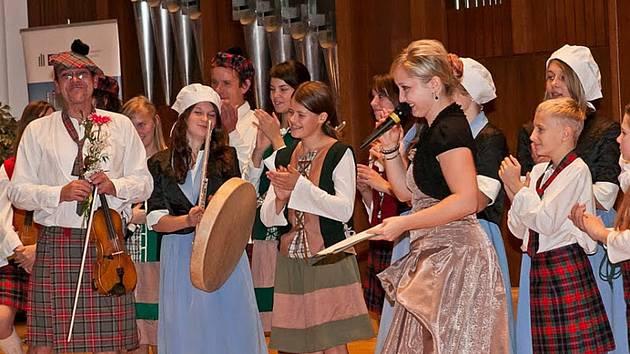 HOUSLE A SKOTSKÁ SUKNĚ.  I v takovém stylovém oblečení bylo možné sbormistra během vystoupení Rychnovského dětského sboru vidět (na snímku zcela vlevo). Cizí mu však není ani košile s kravatou nebo elegantní černý motýlek.