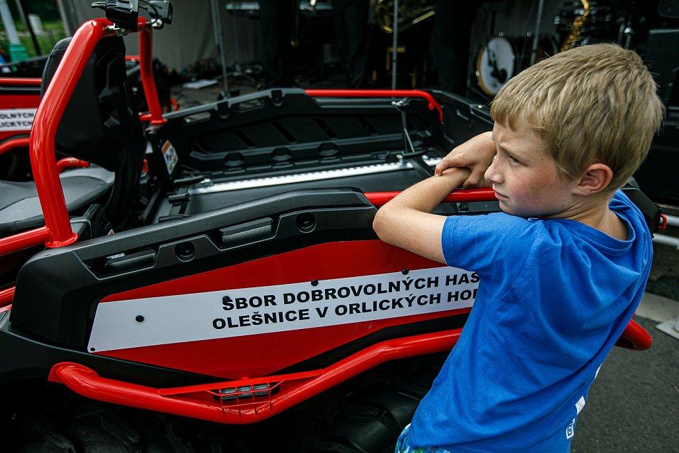 Ze sobotního slavnostního představení nové techniky Sboru dobrovolných hasičů Olešnice v Orlických horách.