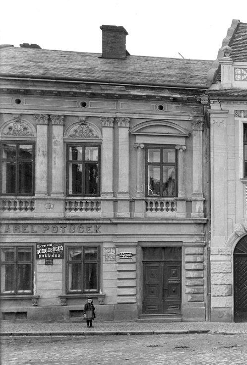 """Letopisecká komise si zahrála na detektivy. Kronika sice uvádí, že v Opočně fungovala nemocenská pojišťovna, ale neříká kde. Chybějící odpovědi doplnil dobový snímek, díky poskládání všech """"indicií"""" se podařilo zmapovat život domu v prvním desetiletí 20."""
