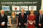 Fotbalový starosta roku: Ocenění získali Jan Skořepa z Rychnova nad Kněžnou (druhý zleva) a Jana Kuthanová z Hořiněvsi, uprostřed hejtman Jiří Štěpán.