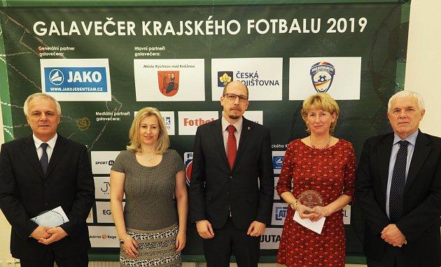 Fotbalový starosta roku: Ocenění získali Jan Skořepa zRychnova nad Kněžnou (druhý zleva) a Jana Kuthanová zHořiněvsi, uprostřed hejtman Jiří Štěpán.