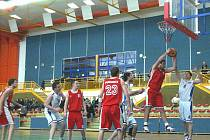 Z druholigového utkání Spartak Rychnov - Tesla Pardubice (86:79).