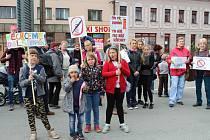 Demonstrace proti rozšiřování výroby závodu Isover společnosti Sain-Gobain (dřive Orsil) v Častolovicích.
