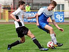 Tři branky inkasovali rychnovští dorostenci (bíločerné dresy) v domácím utkání KP s týmem Nová Paka/Stará Paka.